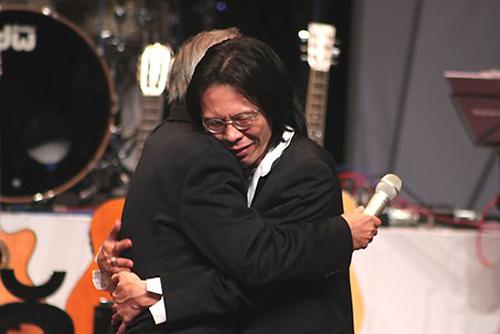 Nhạc sĩ Nguyễn Quang từng ôm chầm ba trên sân khấu vì những gì tình cảm và hy sinh mà Nguyễn Ánh 9 trao cho mình.
