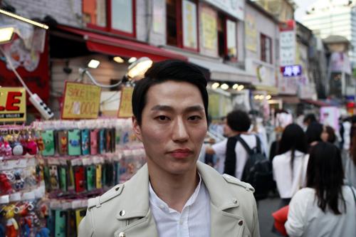 Chàng trai Lee Woo-jung trước khi bước ra đường phải sử dụng một loạt các sản phẩm dưỡng da. Ảnh: Washingtonpost.