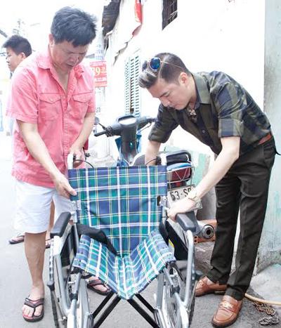 Đàm Vĩnh Hưng đã quyết định mua 1 chiếc xe lăn mới tặng ông Hưng và trao 1 số tiền đế ông,để mong ông có thể dùng tiền đó thuốc men,và ăn uống để mau sớm khỏe mạnh.