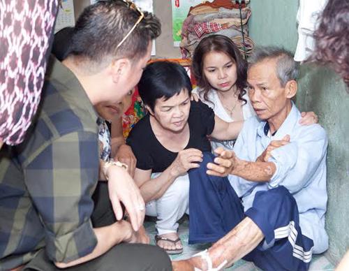 ua thông tin tìm hiêu được,anh đã quyết định đến thăm Ông Trần Quốc Hưng,sinh năm 194(75 tuổi).Ông Hưng là người gốc Nam Định,và di cư vào Sài Gòn sinh sống,lập nghiệp nhiều năm nay,Ông sống độc thân,không có gia đình,vợ con và làm việc công quả cho Chùa.Thời gian còn lại ông đi bán vé số thêm để kiếm sống qua ngày. -Vào năm ngoái(2014),trên đường đi làm công quả về,ông Hưng đã bị tai nạn xe,sau đó người dây ra tai nạn là 1 thanh niên trẻ bỏ chạy,ông bị tật hai chân mình từ đó,và việc đi lại khó khăn hơn. -Nhờ 1 người phát Tâm đã gíup đỡ và cho ông thuê lại để tá túc 1 góc nhà của mình,mỗi tháng tiền thuê nhà là 800.000.Ông Hưng phải di chuyển bằng xe lăn từ sau tai nạn.Và chiếc xe nay đã cũ kỹ,khó di chuyển.. -Ca sỹ Đàm Vĩnh Hưng đã quyết định mua 1 chiếc xe lăn mới tặng ông Hưng và trao 1 số tiền đế ông,để mong ông có thể dùng tiền đó thuốc men,và ăn uống để mau sớm khỏe mạnh.