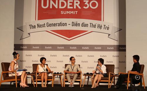 Katy Perry (trái) chăm chú lắng nghe các câu chuyện kể về hành trình đóng góp cho cộng đồng của bạn trẻ Việt Nam. Cô còn nhiệt tình đặt câu hỏi để hiểu thêm về công việc của họ.