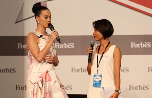 Cô lưu lại TP HCM trong thời gian rất ngắn ngủi và mau chóng sang Thái Lan để chuẩn bị cho buổi biểu diễn sắp tới.