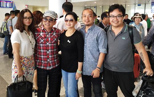 Ca sĩ Khánh Ly (thứ ba từ trái qua)