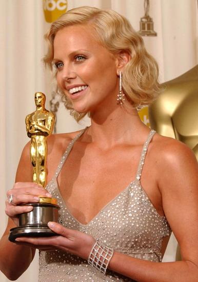 """Charlize Theron bên tượng vàng Oscar cho """"Nữ diễn viên chính xuất sắc"""" vào năm 2004."""