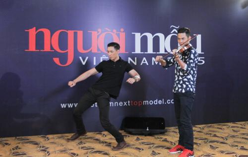 Thái Duy Khánh (phải) đánh đàn violin để làm nhạc đệm cho thí sinh Hoàng Gia Anh nhảy hip hop. Màn trình diễn này