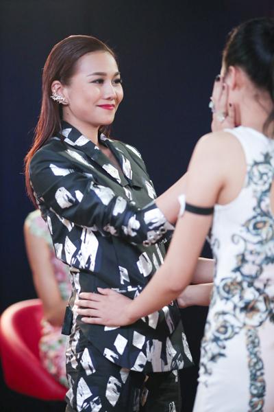 Trước câu chuyện về gia cảnh của thí sinh, Thanh Hằng không kìm nén được cảm xúc. Cô chạy tới