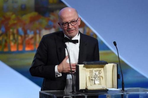 """Đạo diễn Jacques Audiard nhận Cành Cọ Vàng với phim """"Dheepan""""."""