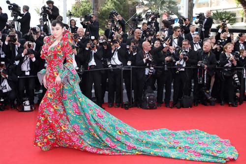 Nhà thiết kế tự hào vì 'váy vỏ chăn' rẻ tiền mà gây hiệu ứng lớn