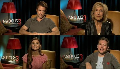 """Đạo diễn (ảnh dưới bên phải) cùng ba diễn viên chính của """"Insidious: Chapter 3"""" gửi lời chào khán giả Việt Nam."""