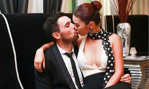 Hà Anh hôn bạn trai tại sự kiện