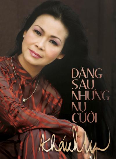 """Bìa sách """"Đằng sau những nụ cười"""" của Khánh Ly."""