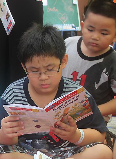 Ngày hè là dịp lý tưởng để trẻ nhỏ đến với thế giới sách vở. Ảnh: Thoại Hà