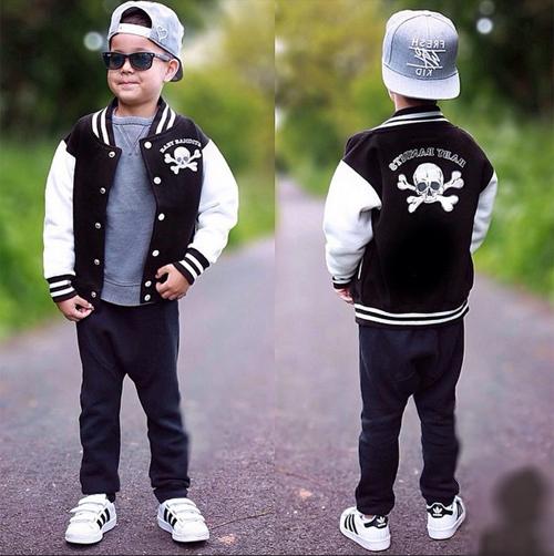 Đối với những bé yêu thích phong cách thể thao, một chiếc áo bomber
