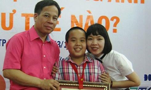 Đỗ Nhật Nam cùng bố mẹ ra mắt sách mới