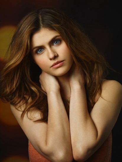 Alexandra Daddario sở hữu đôi mắt xanh cuốn hút và vẻ đẹp của bốn dòng máu - Hungary, Anh, Ireland và Italy.