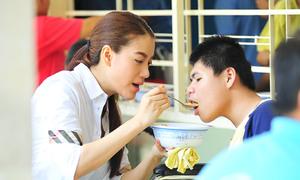 Trương Ngọc Ánh chăm sóc trẻ khuyết tật