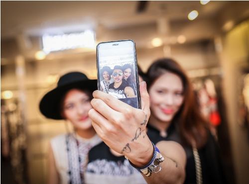 Just Cavalli là thương hiệu thời trang cao cấp đến từ Italy. Thương hiệu luôn nổi bật trên các sàn diễn thời trang thế giới, được nhiều ngôi sao và giới trẻ ưa chuộng với thiết kế cá tính và mang đậm dấu ấn riêng.