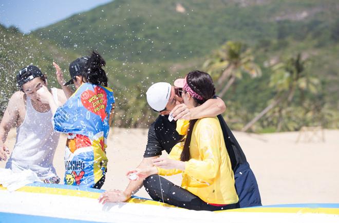 Lý Minh Thuận liên tục hôn vợ Phạm Văn Phương trên trường quay