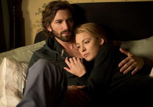Một cảnh tình cảm lãng mạn trong phim.