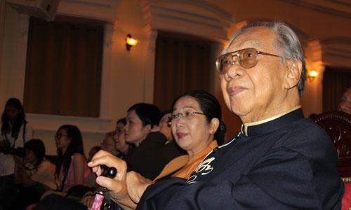Giáo sư - Tiến sĩ Trần Văn Khê ngồi ở hàng ghế khán giả chăm chú theo dõi chương trình.