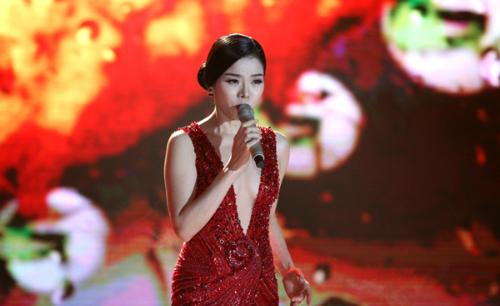 Sao Việt đầy cảm xúc khi hát ca khúc trữ tình