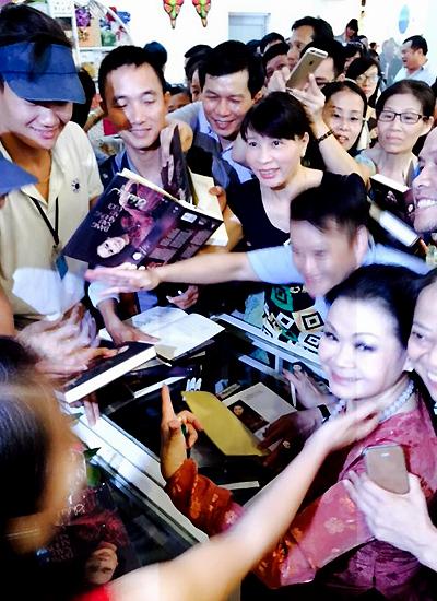 Độc giả Huế chen nhau xin chữ ký của Khánh Ly.  Ảnh: Quang Thành