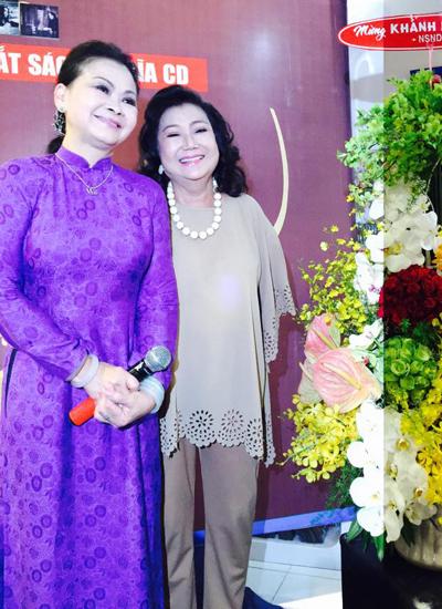 Nghe si Kim Cuong trao lang hoa chúc mùng nguoi em ket nghĩa Khanh Ly thanh cong