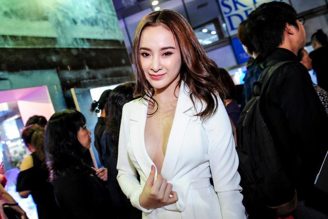 Angela Phương Trinh lấy tay cố định áo che ngực