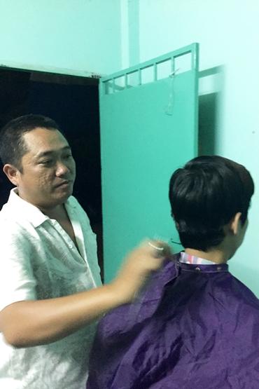 Phùng Ngọc làm nghề cắt tóc tại nhà trọ.