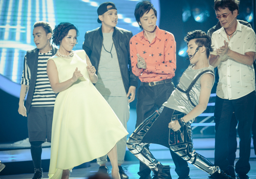 """Các giám khảo, nghệ sĩ tham gia chương trình và các thí sinh có màn giao lưu hào hứng trên sân khấu """"Gương mặt thân quen""""."""
