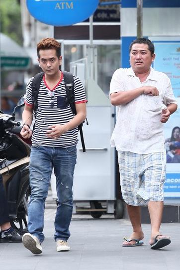 Phùng Ngọc và Hùng Thuận cùng nhau đi làm thẻ ATM.