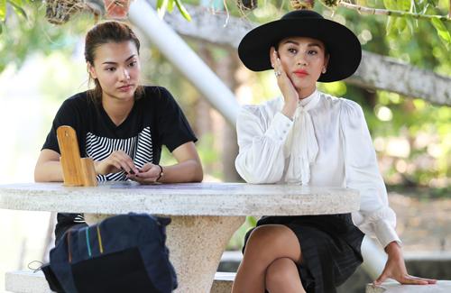 Hồng Quế và Lâm Chi Khanh chuẩn bị vào một thử thách ở tập năm của chương trình