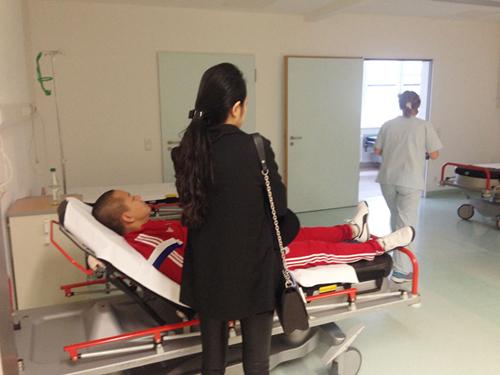 Tuấn Hưng phải nhập viện ở Đức vì làm việc quá sức.