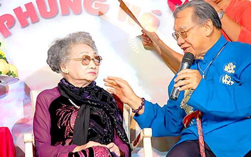 Giáo sư Trần Văn Khê trong lần chúc thọ Nghệ sĩ Nhân Dân Phùng Há.