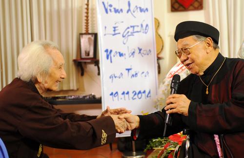 Giáo sư Trần Văn Khê bên nhạc sư Vĩnh Bảo (trái).