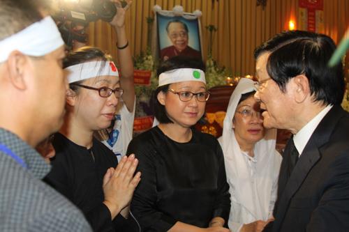 Chủ tịch nước dành thời gian chia buồn cùng gia quyến Giáo sư Trần Văn Khê.