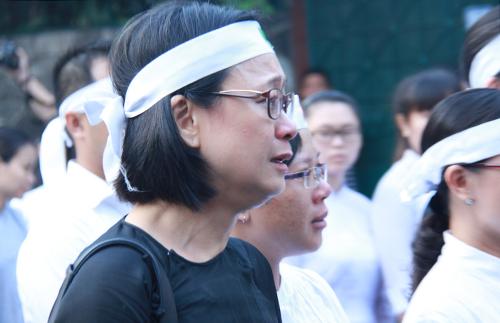 [Caption]Cháu ngoại của Giáo sư Trần Văn Khê, chị Diễm Tiên, cố nén khóc khi đi sau linh cữu của ông mình. Diễm Tiên đang sống và làm việc ở Mỹ. Chị không hoạt động nghệ thuật nhưng thừa hưởng từ ông tình yêu các giai điệu dân ca.