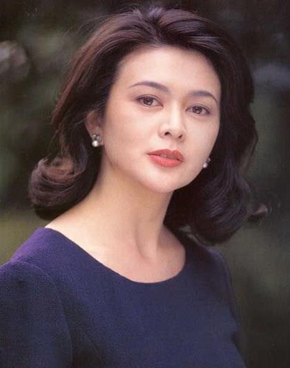 """Quan Chi Lâm nổi tiếng với Hoàng Phi Hồng, Tiếu ngạo giang hồ: Đông Phương Bất Bại. Diễn viên từng được mệnh danh là """"Cô gái đẹp nhất Hong  Kong"""". Năm 1998, Chi lâm được tạp chí People (Mỹ) bình chọn là một trong 50 phụ nữ đẹp nhất."""