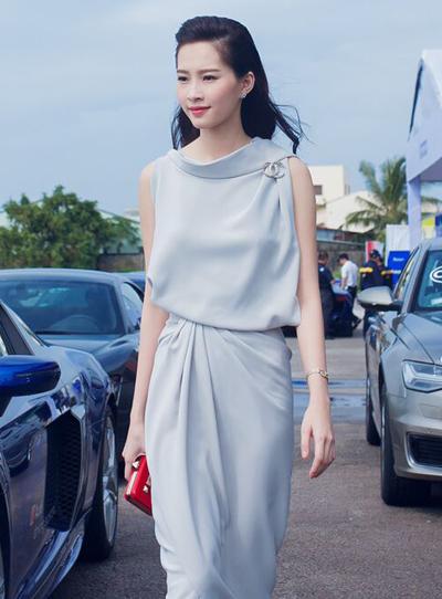 Diện chiếc váy màu ghi nhạt nhẹ nhàng, Thu Thảo thu hút mọi ánh nhìn.