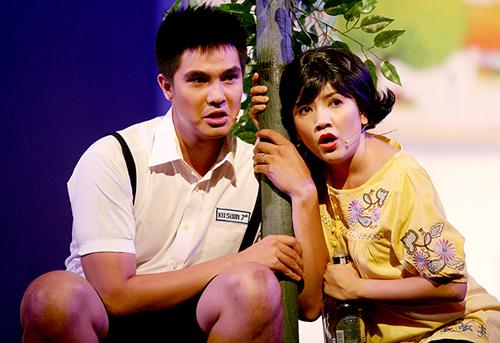 Ngọc Trinh và diễn viên Baggio trong một vở diễn chị đầu tư dựng tại Nhà hát kịch TP HCM.