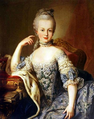 Hoàng hậu của nước Pháp Marie Antoinette sở hữu vẻ đẹp lừng danh nhờ một công thức mặt nạ làm đẹp nổi tiếng, vẫn được phụ nữ Pháp áp dụng cho đến tận ngày nay. Thành phần hỗn hợp bao gồm hai thìa cà phê rượu cognac, 1/3 tách bột sữa, một lòng trắng trứng và nước ép một quả chanh. Rượu cognac có tác dụng kích thích lưu thông mạch máu và se khít lỗ chân lông, trong khi đó lòng trắng trứng đủ dưỡng chất để giúp phục hồi tế bào da. Acid lactic trong sữa giúp hòa tan bã nhờn, còn acid citric trong chanh sẽ hoàn thành vai trò tẩy tế bào chết cho da.