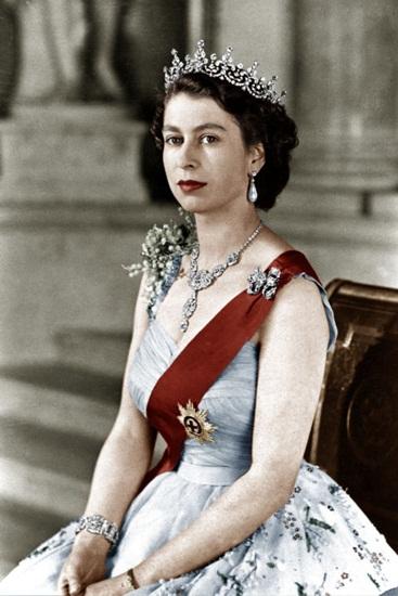 Đương kim nữ hoàng Anh Elizabeth II từ khi còn trẻ đã là một tín đồ của son môi, và sự lựa chọn của bà là Clarins. Nữ hoàng từng đặt làm một cây son riêng trùng màu với ruy băng và áo choàng trong buổi lễ đăng quang năm 1952, đặt tên là Thỏi son Balmoral theo quê nhà của bà ở Scotland. Cho đến nay, dù đã lớn tuổi, niềm đam mê của Elizabeth II dành cho son mỗi vẫn không hề thay đổi.