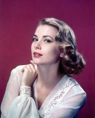 Công nương Grace Kelly xứ Monaco, cũng là minh tinh huyền thoại của Hollywood, không bao giờ quên thoa kem dưỡng cho đôi bàn tay của mình đều đặn mỗi ngày. Theo quan niệm của bà, bàn tay là nơi thể hiện sự lão hóa đầu tiên của cơ thể.
