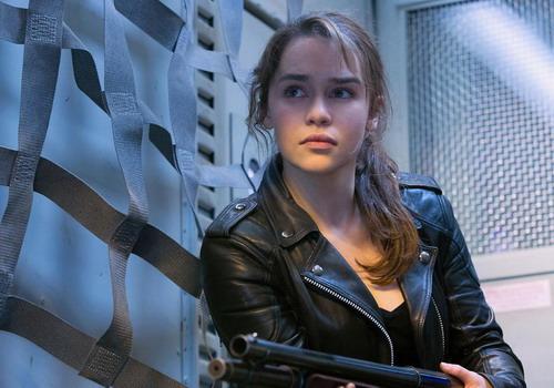"""Emilia Clarke với tạo hình mạnh mẽ của Sarah Connor trong bom tấn """"Terminator Genisys""""."""