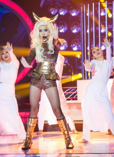 Ái Phương hóa thân thành Lady Gaga với bài hát Bad Romance Ái Phương cho biết cô nhận ra được sự hoang dại, không cảm xúc rất đặc trưng trên gương mặt của Lady Gaga trong mỗi bài hát của mình. Vì vậy, điều mà Ái Phương chú tâm luyện tập nhất chính là phong cách đặc biệt này của phiên bản chính. Cô nhập tâm đến nỗi ánh mắt vô tình bị đóng khung vào trạng thái nổi loạn trong suốt các buổi diễn tập khiến các bạn thí sinh khác vô cùng thích thú, bất ngờ. Giám khảo Đức Huy cho biết Bạn đã thể hiện rất tốt cái điên của Lady Gaga. Lady Gaga nổi tiếng bởi những thông điệp trong các bài hát của cô đưa ra. Nhưng trước khi khán giả nhận ra điều đó thì cô ấy đã dùng ánh mắt, hình thể của mình để tạo nên một ấn tượng ban đầu khác hẳn với mọi người. Bạn đã làm được điều đó Giám khảo Mỹ Linh nhận xét Đây là một tiết mục rất tuyệt vời, tôi khen ngợi em về ngoại hình, biểu cảm, ngay cả giọng hát của em khúc gần cuối khi em đánh đàn cũng không có sự chênh phô nào hết. Suốt mười hai đêm thi, em đã bỏ rất nhiều công sức, dồn hết tâm huyết của mình vào các tiết mục. Tôi thấy rằng em sẽ tiến rất xa trên con đường nghệ thuật, tên của bạn rất đẹp, hình thể rất đẹp, khuôn mặt bạn rất khả ái và quan trọng bạn có một cam kết rõ ràng cho nghề nghiệp của mình Giám khảo Hoài Linh chia sẻ Tôi đã nói rồi ngay trong đêm em hóa thân thành nghệ sĩ Hồng Nga, em đã phá vỡ được rào cản nghệ sĩ đi hát rồi.Giờ tôi chỉ muốn nhăc đến cụm từ ca sĩ Ái Phương. Anh xem biểu cảm của em, và anh nghe kỹ khi em diễn với cây đàn piano. Em đã diễn rất ma mị, rất xuất thần trong tiết mục này
