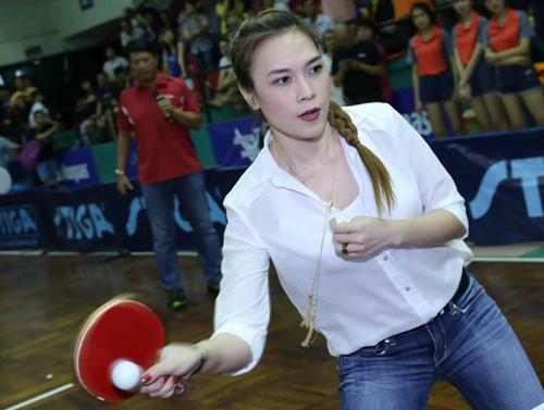 Tuy nhiên, khi bắt đầu vào cuộc chơi, cô thể hiện khả năng đánh bóng bàn tốt của mình bằng việc đánh trúng hơn 11 trái khiến đạo diễn Nguyễn Quang Dũng và một vận động viên bóng bàn thua cuộc.