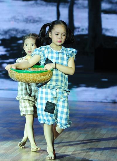 Hai cô bé dùng vũ điệu để kể lại câu chuyện về đôi chị em nhà nghèo phải tự mưu sinh bằng nghề bán bánh mì
