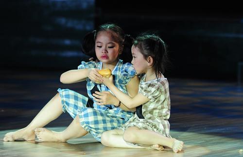 """Tập hai chương trình """"Bước nhảy Hoàn vũ nhí"""" phát sóng tối 4/7. Tuần này, các em bé tiếp tục khiến giám khảo và khán giả đi từ ngạc nhiên này sang ngạc nhiên khác vì tài năng và lòng đam mê khiêu vũ trên sàn diễn."""