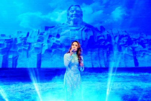 Hình ảnhtượng đài mẹ Việt Nam anh hùng ở tỉnh Quảng Nam cũngxuất hiện khiến phần trình diễn của Mỹ Tâm càng lắng đọng và tạo nhiều ấn tượng cho khán giả.