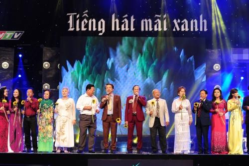 Cũng trong đêm chung cuộc, đại gia đình Tiếng hát mãi xanh ngậm ngùi tiễn biệt nhạc sĩ Phan Huỳnh Điểu và các vị nhạc sĩ lão thành khác trong liên khúc: Hà Nội niềm tin và hy vọng (Phan Nhân) - Cuộc đời vẫn đẹp sao (Phan Huỳnh Điểu, thơ  Bùi Minh Quốc